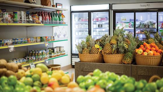 在食物储藏室里面的与焦点在篮子用新鲜的菠萝和苹果